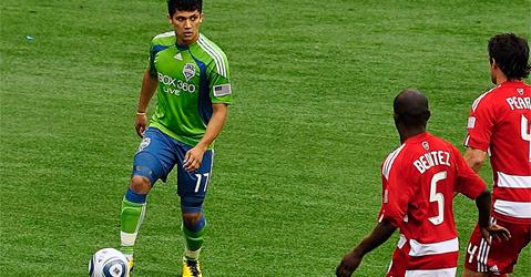 Fredy Montero takes on Jair Benitez
